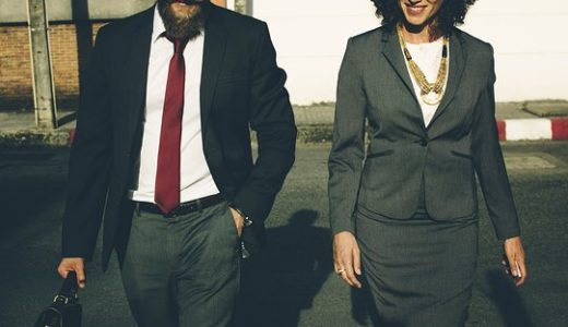 スーツのクリーニングの料金の相場は上下約1000円前後!出す頻度が多い場合は宅配がおすすめ!